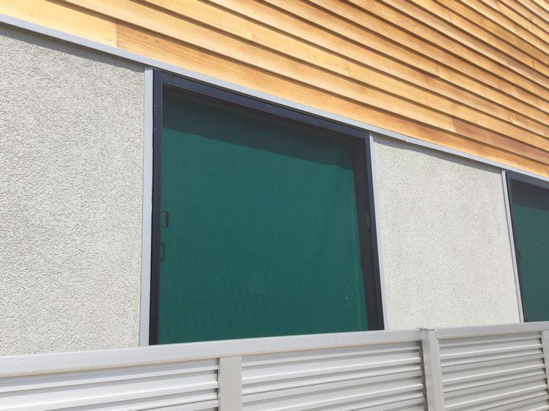 網戸を取付けた状態での窓外観